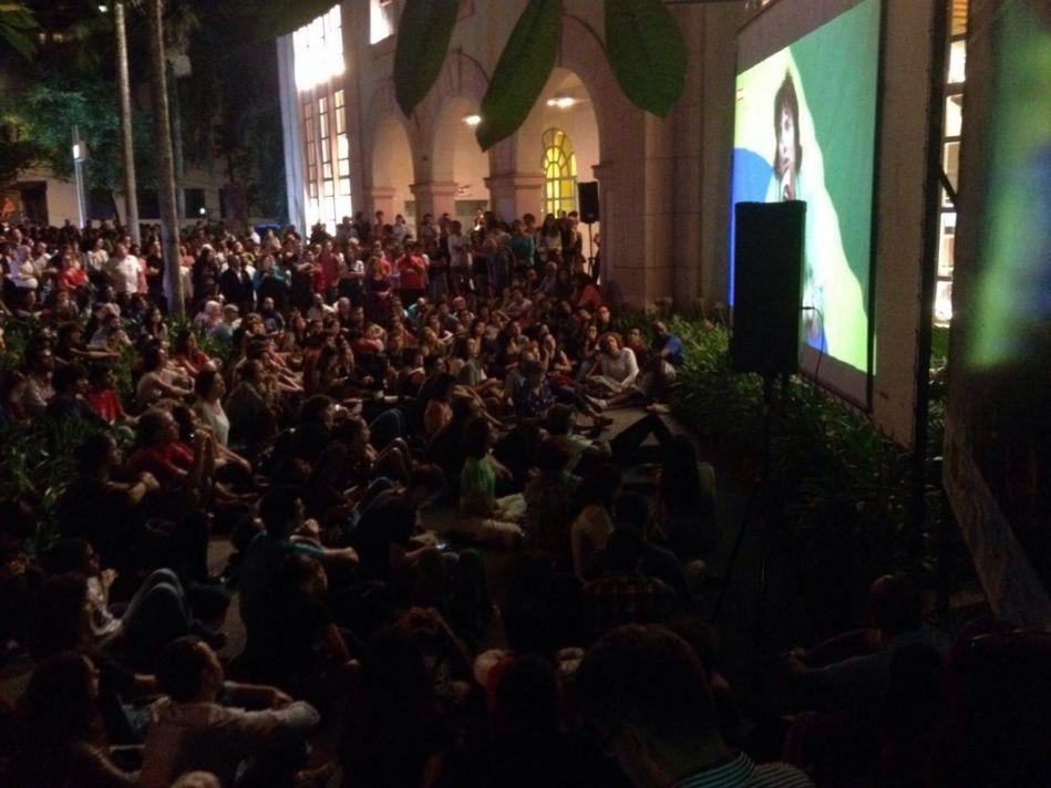 Público acompanha transmissão de ato no Tuca pelo telão A. Oliveira