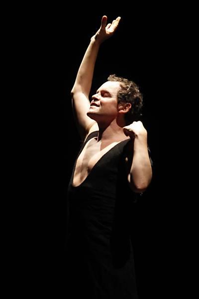 Matheus Nachtergaele, Em cena da peça, que fala do suicídio de sua mãe