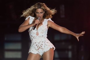 RIO DE JANEIRO, BRAZIL - SEPTEMBER 13: Singer Beyonce performs on stage during a concert in the Rock in Rio Festival on September 13, 2013 in Rio de Janeiro, Brazil. (Photo by Buda Mendes/Getty Images)