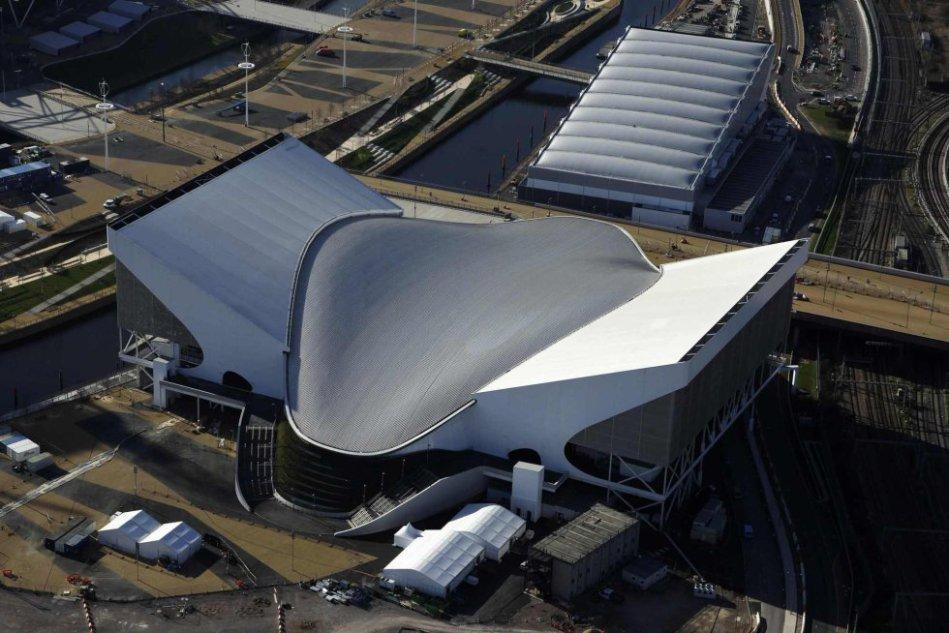 Teto do Centro Aquático, inspirado no mergulho de um nadador, segundo a arquiteta Zaha Hadid.