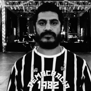 """Com a camisa que faz referência ao movimento da democracia corintiana, período em que jogadores participavam das decisões do clube. """"Porque eu acredito o que eu quero, dane-se. O que é melhor para todo mundo?"""""""