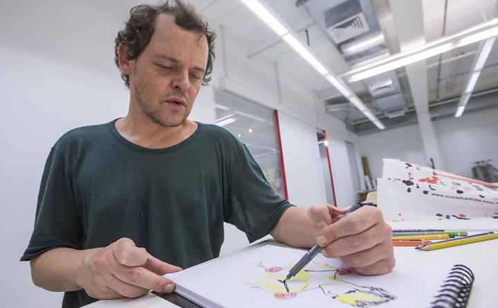 O ator desenha seu personagem na peça