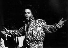 O cantor Prince, em sua atuação no Vicente Calderón de Madri, início da sua turnê espanhola, em 22 de julho de 1990.