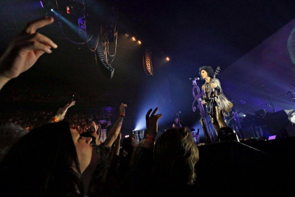 O cantor Prince no palco durante sua turnê 'HitnRun' no Bell Centre de Montreal (Canadá), no dia 23 de maio de 2015.