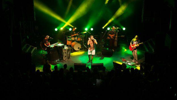 No palco em Londres - manifestações políticas na plateia e no palco marcaram turnê atual pela Inglaterra - Foto - Luis Campos