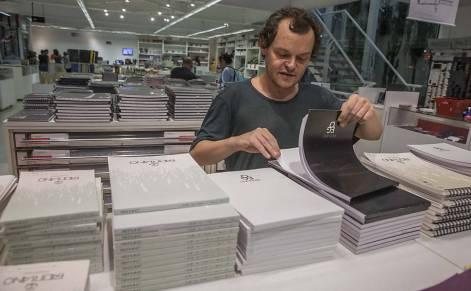 O ator procura material para desenho em uma loja em SP
