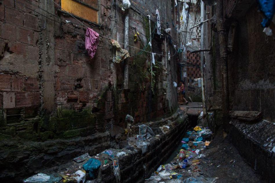 Vala de esgoto na Rocinha - VICTOR MORIYAMA
