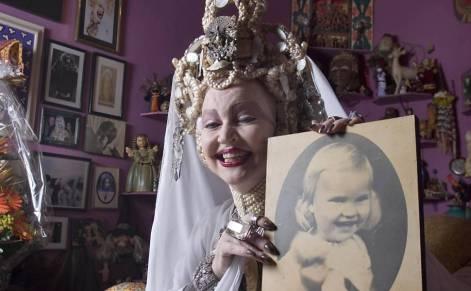 A atriz, modelo e cantora Elke Maravilha na sala de sua casa, no Bairro do Leme, no Rio de janeiro