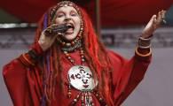 A cantora Elke Maravilha se apresenta no palco Bento de Freitas-Cabaret na 10a. Virada Cultura de São Paulo