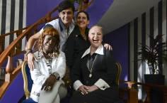 Cena da série Canalhas do GNT com as atrizes Zezeh Barbosa (à esq.), Elke Maravilha (à esq.), Pierre Santos e Mariana Bassoul (ao fundo)
