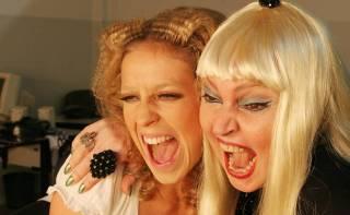 Elke Maravilha (à direita) interpreta cantora alemã em filme sobre Zuzu Angel, com Luana Piovani como a jovem Elke