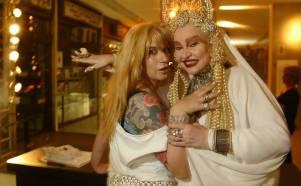 Marcelona (à esq.) e Elke Maravilha posam para foto na Festa da Diesel no clube Royal, em São Paulo