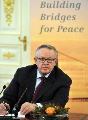 2008 - Martti Ahtisaari - O prêmio, desta vez, foi recebido pelo ex-presidente finlandês (1994-2009) Ahtisaari por uma vida dedicada a mediar conflitos, como os de Kosovo, Namíbia e Indonésia.