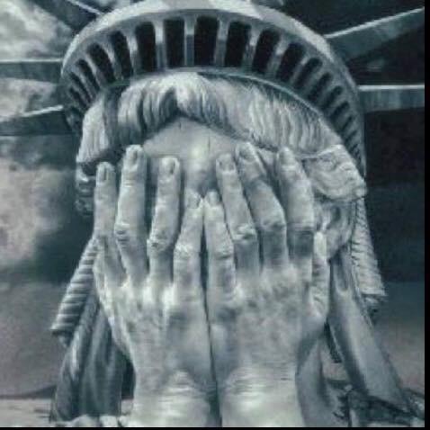 estatua-da-liberdade-com-vergonha-maos-no-rosto