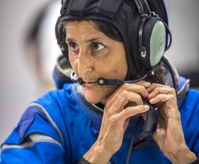 Astronauta Sunni Williams testa o novo uniforme