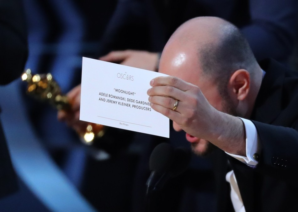 Jordon Horowitz, produtor de 'La la land', mostra o cartão com o vencedor correto de melhor filme, 'Moonlight' (Foto Lucy NicholsonReuters)
