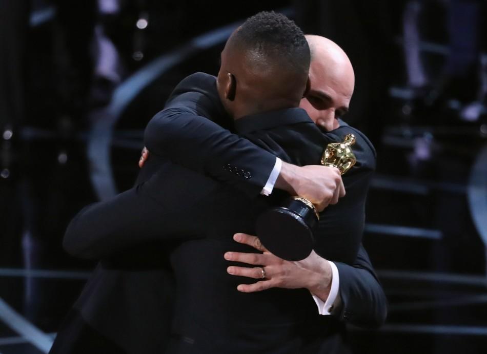 Barry Jenkins, diretor de 'Moonlight', abraça o produtor Jordan Horowitz, de 'La la land', após lerem o nome errado do melhor filme no Oscar (Foto - Lucy Nicholson - Reuters)