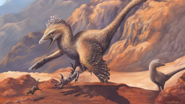 Ilustração de um dinossauro com penas correndo atrás de uma pequena presa parecida com um rato