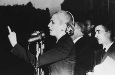 7 de Maio - 1919 – Eva Perón, conhecida como Evita, atriz e líder política argentina, discursando.