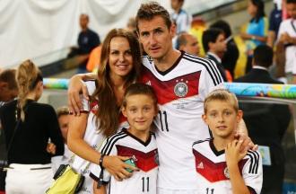 9 de Junho - 1978 — Miroslav Klose, futebolista, alemão, de origem polonesa - Com a mulher e filhos.