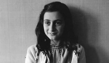 12 de Junho - 1929 – Anne Frank, escritora alemã e vítima judia dos nazistas - Seção de fotos em casa.
