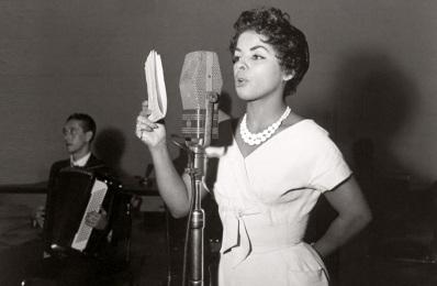 13 de Maio - 1928 – Ângela Maria, cantora brasileira, jovem, cantando.