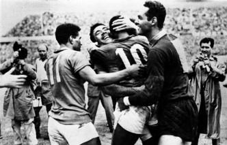 16 de Maio - Nilton Santos comemora com Pelé, Gilmar e Garrincha.