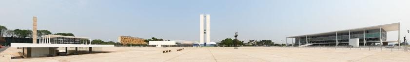 21 de Abril - Vista panorâmica da Praça dos Três Poderes — à esquerda (sul) o judiciário (STF), no centro o legislativo (Congresso Nacional) e à direita o executivo (Palácio do
