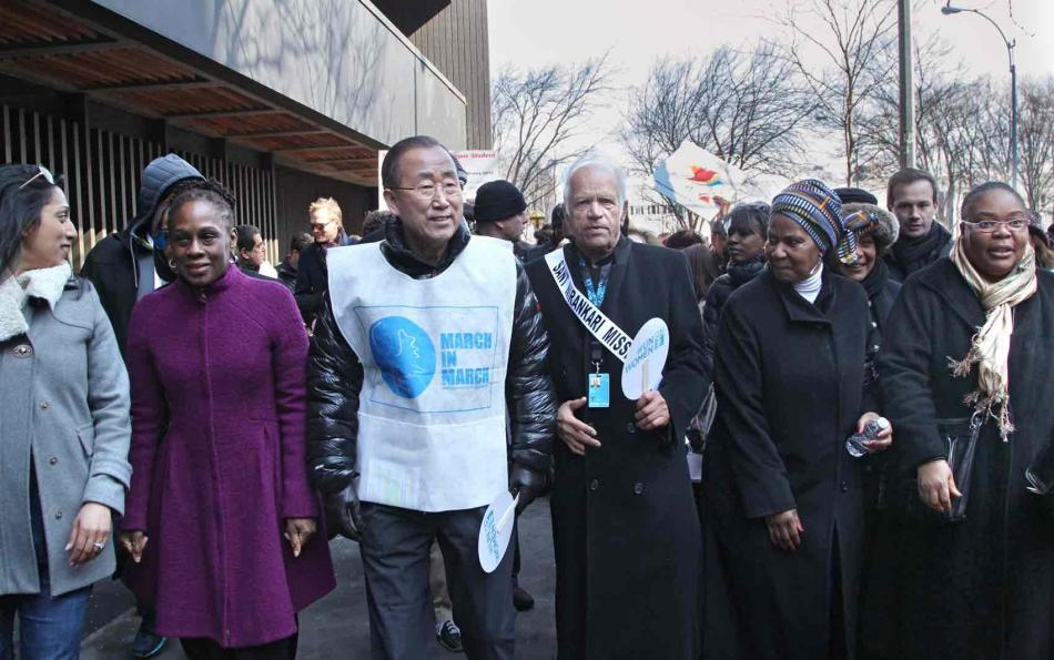 Ban Ki-moon marcha em Nova York no Dia Internacional da Mulher. Foto- UN Photo-Devra Berkowitz