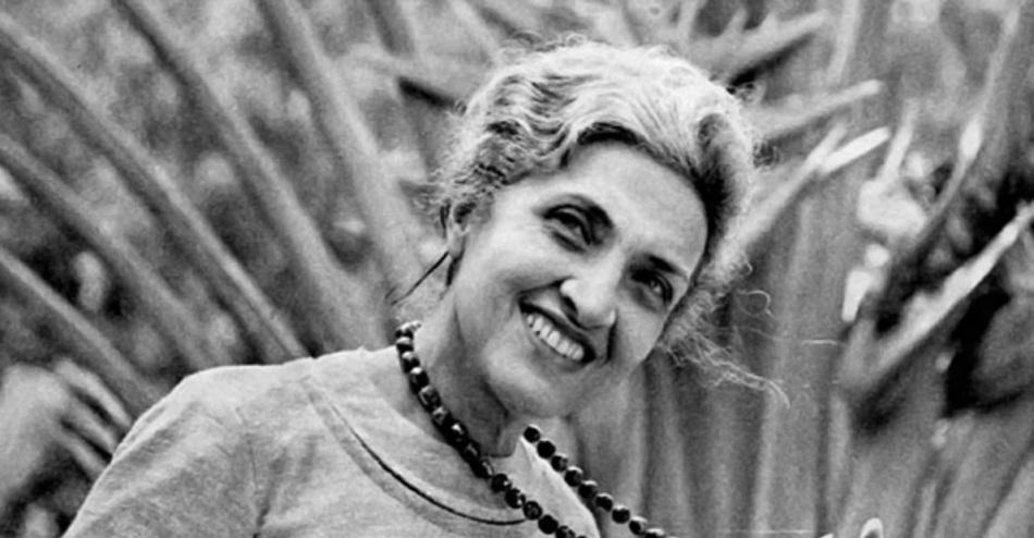 cecilia-meireles-escritora-poetisa-pintora-professora-e-jornalista-sorrindo-plantas-de-fundo
