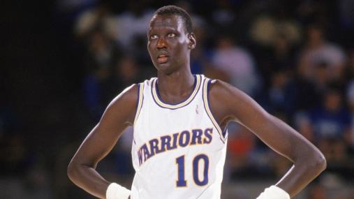 19 de Junho - 2010 — Manute Bol, jogador de basquete sudanês (n. 1962) - Mais alto da NBA, com 2,31m.
