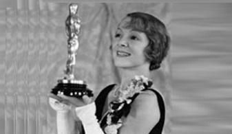 17 de Março - Helen Hayes, segurando seu primeiro Oscar, por 'The Sin of Madelon Claudet', em 1932.