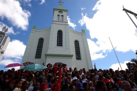26 de Junho - Igreja Matriz com fiéis na escadaria — Poções (BA) — 137 Anos.