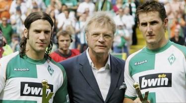 9 de Junho - Torsten Frings (à esquerda) e Miroslav Klose (à direita), recebem troféu pelo Werder Bremen.