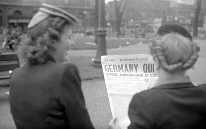 7 de Maio - 1945 - A Alemanha Nazi assina o termo de rendição incondicional perante os aliados. Foto - Montreal Daily Star - 'Germany Quit' (A Alemanha desiste), em 7 de maio de 1945.