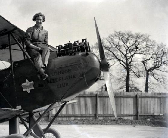 1 de Julho - Amy Johnson, aviadora norte-americana, sentada no avião.