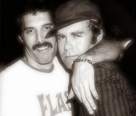 25 de Março - Elton John, músico, cantor e compositor britânico com Freddie Mercury, do Queen.