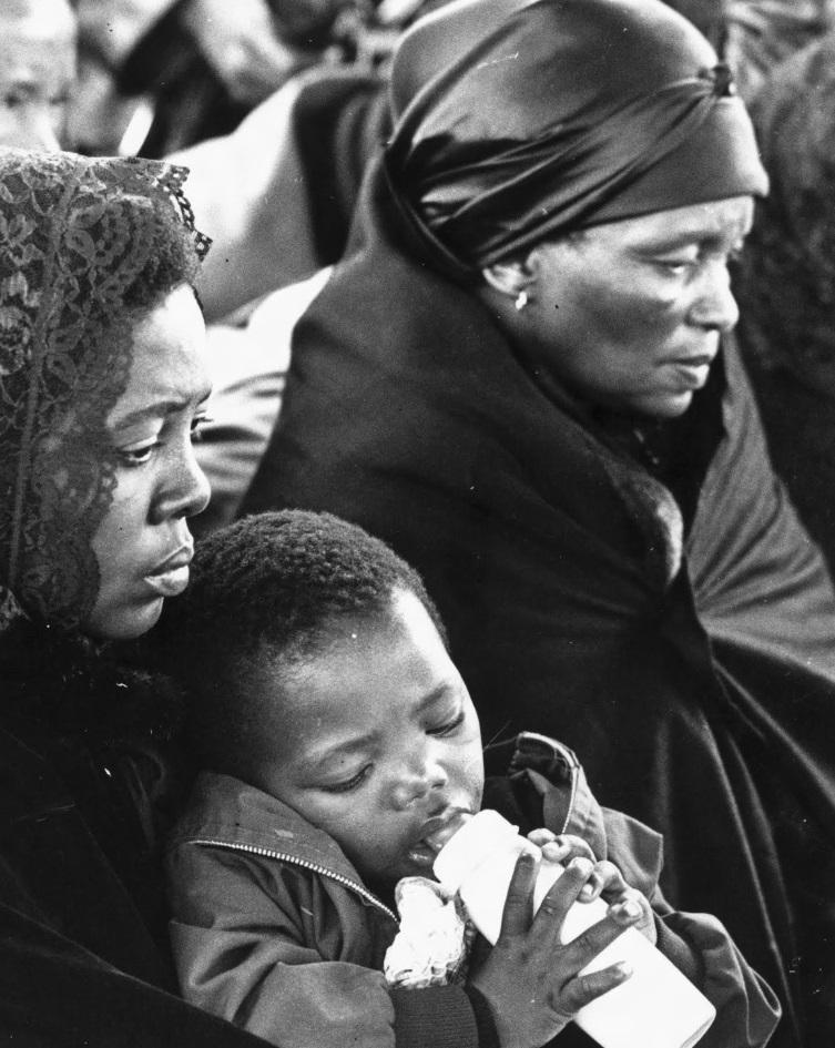 Sra. Alice Mamoete Biko, Sra. Ntsiki Biko e o filho, Samora, de dois anos, no fineral de Biko