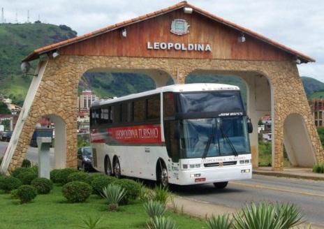 27 de Abril - Leopoldina - MG - Ônibus na entrada da cidade.