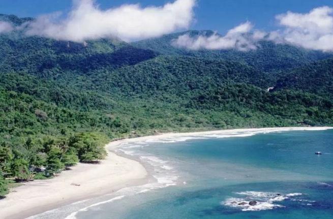 3 de Setembro – Praia de Castelhanos, longa faixa de areia, com quase 2 km de extensão, e mar de águas claras, bom para surfar — Ilhabela (SP) — 212 Anos em 2017.