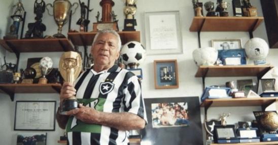 16 de Maio - Nilton Santos - com troféus.