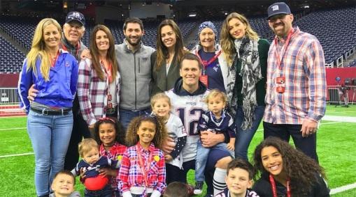 3 de Agosto – Tom Brady - 1977 – 40 Anos em 2017 - Acontecimentos do Dia - Foto 13 - Com sua esposa, Gisele Bundchen e filhos.