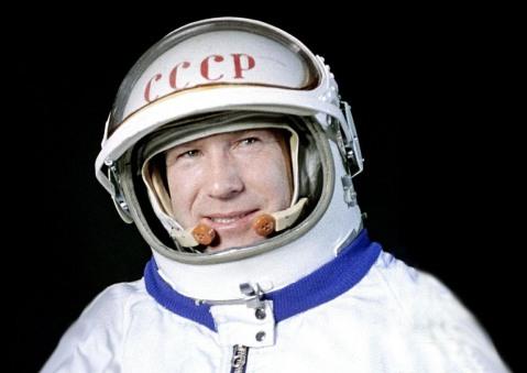 18 de Março - 1965 — O cosmonauta soviético Aleksei Leonov, deixa a nave espacial Voskhod 2 por 12 minutos e torna-se a primeira pessoa a caminhar no espaço.