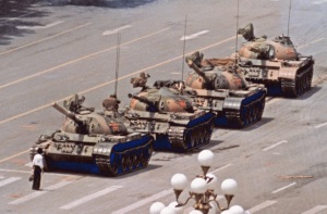 5 de Junho - 1989 – Um jovem desarmado desafiou o poderio chinês barrando a passagem de vários tanques de guerra.