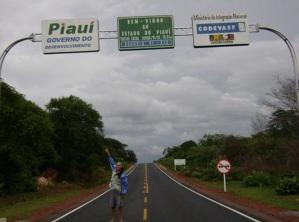 11 de Agosto – BR-404 - Trecho da cidade de Pedro II, na Divisa do Piauí com o Ceará - Pessoa aponta para uma placa — Pedro II (PI) — 163 Anos em 2017.