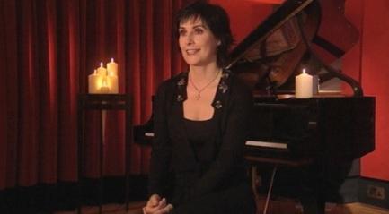 17 de Maio - Enya com piano ao fundo.
