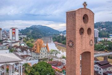 2 de Setembro – Panorama da cidade com o campanário da Igreja São Paulo Apóstolo — Blumenau (SC) — 167 Anos em 2017.
