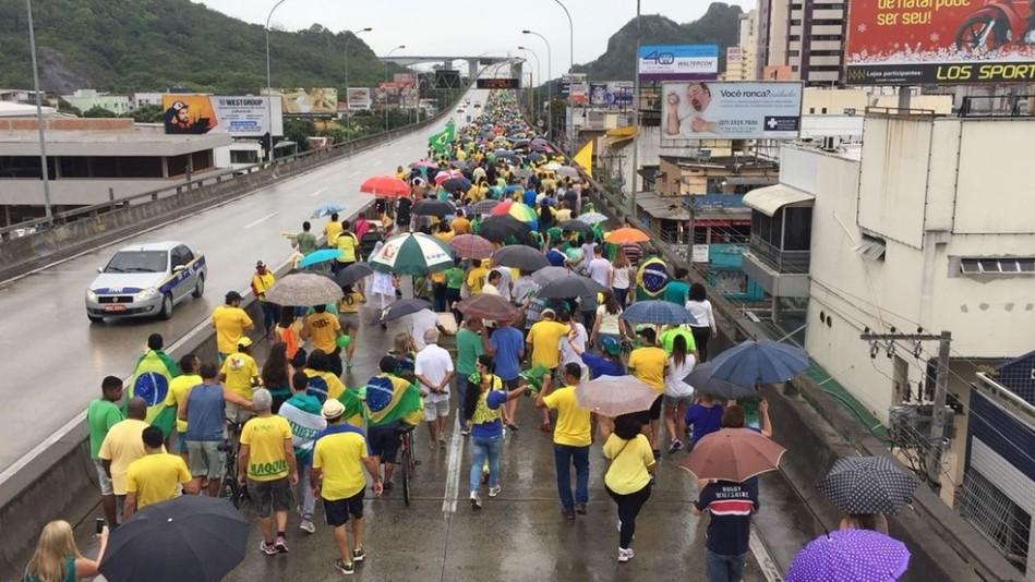Grupo atravessa ponte que liga Vila Velha a Vitória em ato pela Lava Jato neste domingo (Foto - Fabio Linhares - TV Gazeta)