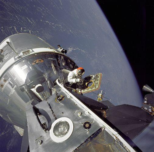 13 de março - 1969 - Apollo 9 - Atividade extraveicular em órbita da Terra para testes de equipamento.