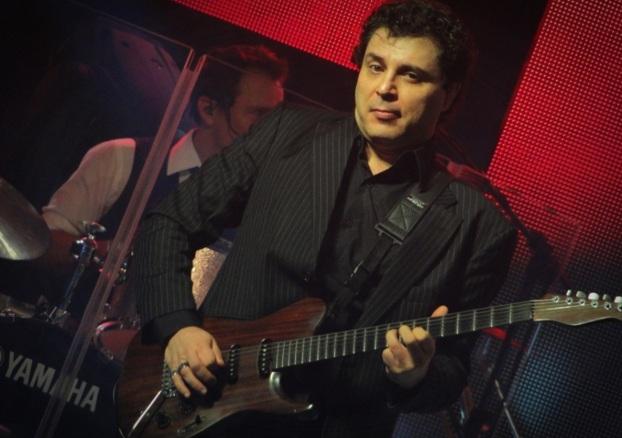 21 de Maio - 1962 – Roberto Frejat, tocando guitarra no estúdio.